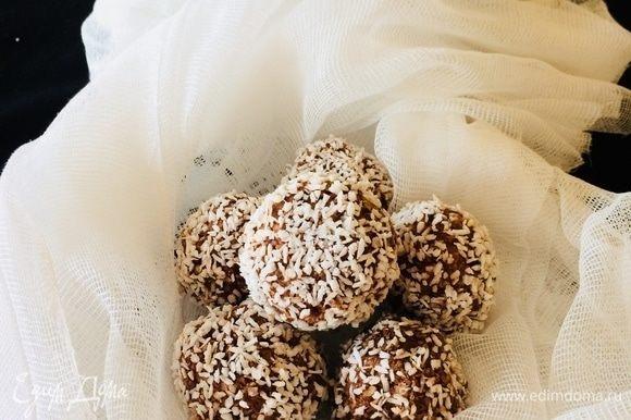 Готовые шарики отправить в холодильник на 1–2 часа.