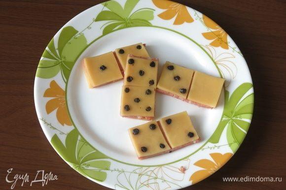 Вставляем в кусочки сыра маслины.