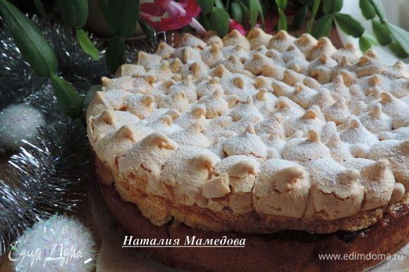 Посыпаем пирог перед подачей сахарной пудрой.