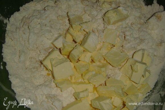 Муку просеять, всыпать сахар и соль. Добавить нарезанное кубиками сливочное масло. Растереть муку с маслом в крошку.