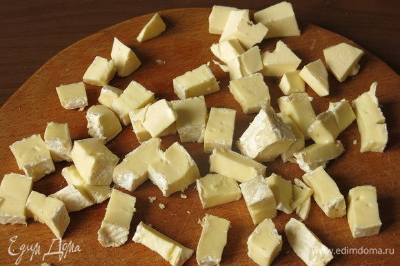 Нарезаем камамбер и остатки сливочного масла кубиками.
