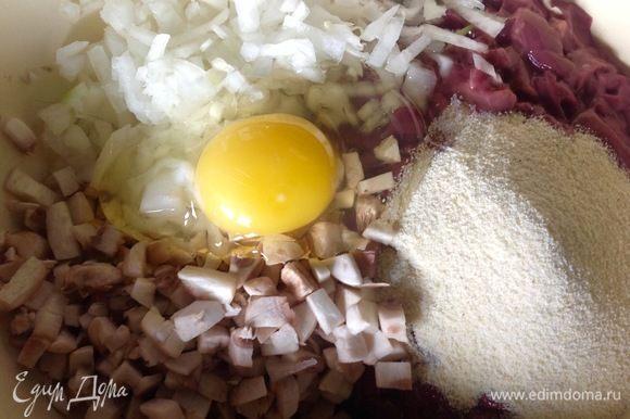 Печенку отделить от связок, промыть и дать стечь жидкости, грибы помыть. Печенку, грибы, одну среднюю луковицу мелко нарезать, сложить в миску, добавить туда яйцо, манку, соль и черный перец по вкусу. Можно, конечно, и через мясорубку прокрутить или в блендере перебить массу, тогда это будут не котлеты, а оладушки, мне рубленые котлеты нравятся больше.