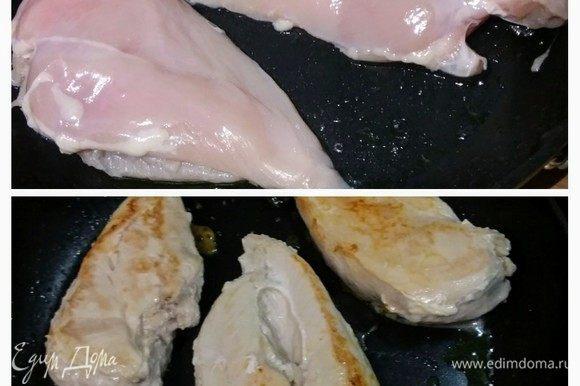 В глубокой сковороде разогреть 2 ст. л. оливкового масла и обжарить филе с каждой стороны по 4-5 минут до золотистой корочки. Посолить, поперчить, можно посыпать любимыми травами. Отложить в сторону (держать теплым).