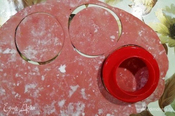 Разделите тесто на 2 части, раскатайте очень тонко (толщина тетрадного листа). Вырежьте круглые заготовки. Мои получились диаметром 8 мм. Пока работаете с тестом, накрывайте полученные заготовки полотенцем, чтобы они не заветрились и не подсохли.