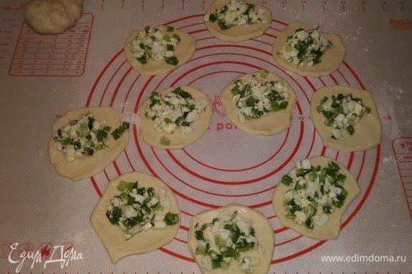 Я раскатываю тесто в пласт на кондитерском коврике и вырезаю кружочки. Раскладываю начинку и формирую пирожки. Тесто очень приятное, эластичное — работать с ним одно удовольствие!