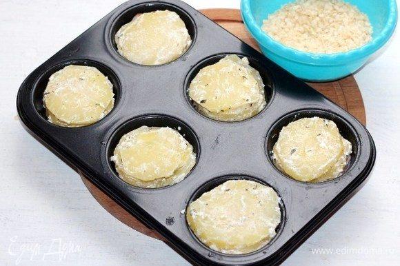 Выкладываем в формочки пластины картофеля, затем пластины окорока (по 2 шт. на формочку) и закрываем картофелем.