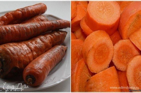 Морковка. Берите обычную деревенскую. Она и сочнее, и слаще. Морковнее. Помыть, почистить и нарезать кружочками, не сильно толсто. Без премудростей.