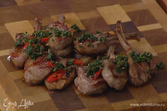 Готовое мясо переложить на деревянную доску или прогретую тарелку и смазать соусом из петрушки.