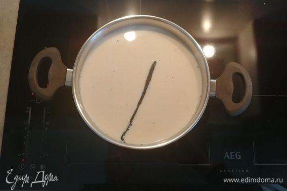 К чаю добавляем семена и стручок ванили и, помешивая, доводим до кипения на медленном огне. Убираем с огня и оставляем на 4–5 минут настояться.