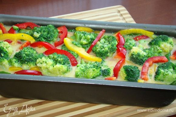 Залить овощи яично-молочной смесью и поставить в разогретую до 170°С духовку. Выпекать примерно минут 30, готовность проверить нажатием. Верх омлета должен быть упругим, значит, он готов.