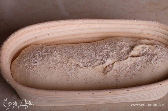 Переложить тесто на силиконовый коврик, округлить, накрыть пищевой пленкой и оставить на отлежку на 20 минут. Через 20 минут сформовать круглую булку (или батоны, кому как нравится, я делаю и так, и так), не забывая про хорошее натяжение поверхности заготовки. Переложить заготовку в расстоечную корзинку, накрыть сверху пленкой и оставить на расстойку (24°С) на 1–1,5 часа. На фото как раз готовила батоны.