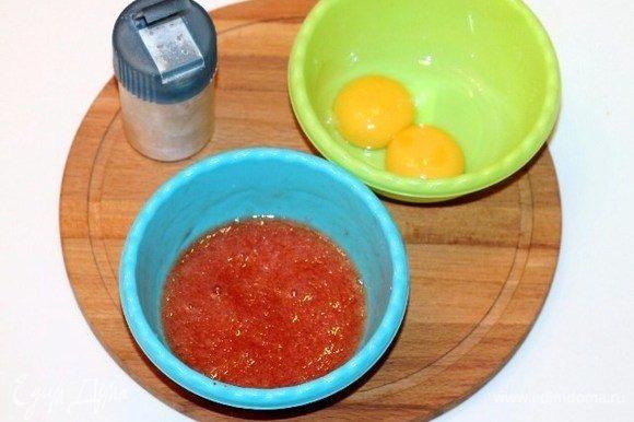 У двух яиц отделить белок от желтка. В белок добавить прессованный чеснок, кетчуп, 1 ст. л. мягкого сыра, приправу, посолить, поперчить по вкусу и взбить венчиком.