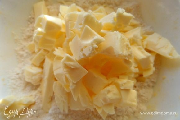 Масло или сливочный маргарин порубить в муку.