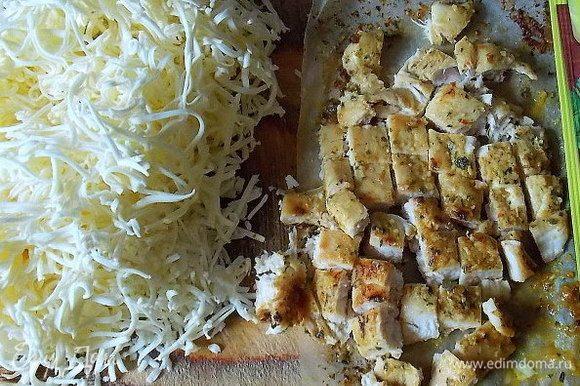 Плавленный сыр (можно взять обычный сырок), натереть на мелкой терке. Грудку порезать мелким кубиком.