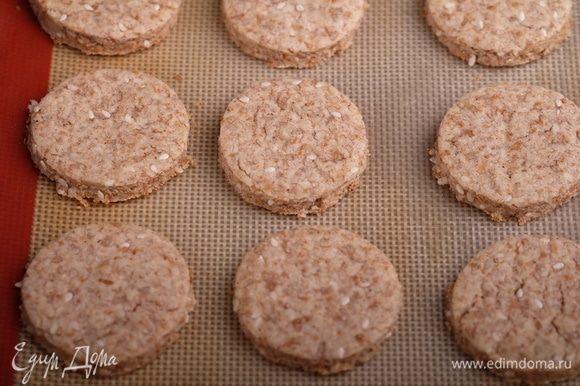 Выпекать в разогретой духовке около 15 минут. Как только края печений начнут золотиться — противень вынимать. Половинки печений остудить.