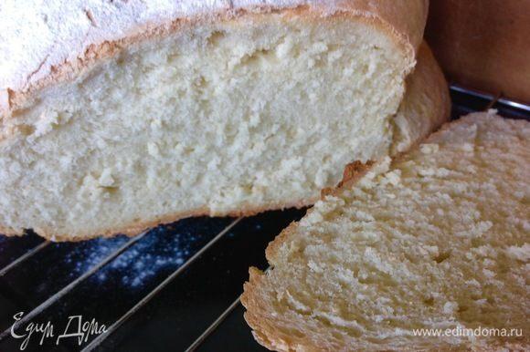 Хоть хлеб и большой, а припекся он прекрасно, стойкая хрустящая корка и мягкий мякиш.