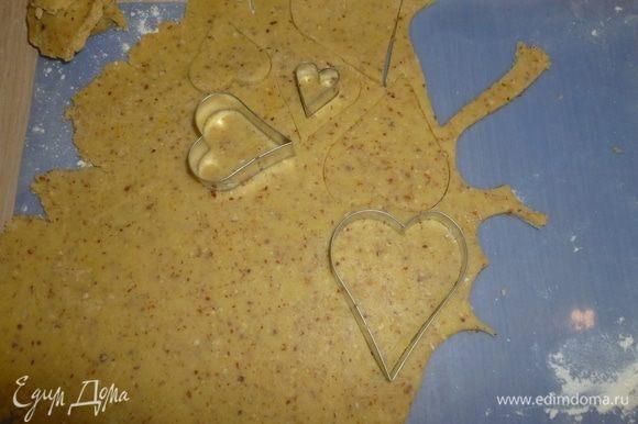 Противни застелить пергаментом. Раскатать тесто. С помощью формочки вырезать из теста сердечки (звездочки и т.д.). Затем вырезать сердечки меньшего размера, в которых вырезать еще окошко.