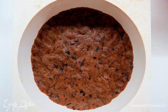 В кольце, разъемной форме или порционных формочках сформировать основу будущего чизкейка (у меня форма диаметром 18 см). Я сделала основу без бортиков. Основу охладить в холодильнике в течение 10 минут, потом подпечь в разогретой до 180°С духовке в течение 7–10 минут. Запеченную основу охладить.