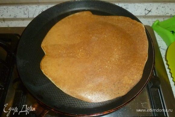 Сковороду разогреть, смазать маслом. Набрать в стандартный половник тесто (где-то ¾ половника) и вылить на сковороду. Обжарить блинчики с двух сторон.