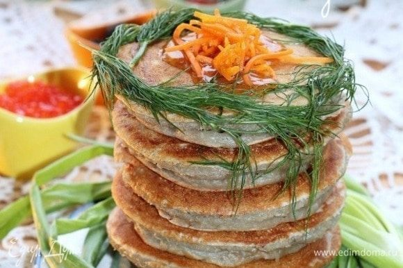 Выкладываем блинчики на блюдо и смазываем верх растопленным сливочным маслом. Подаем блинчики с припеком с соусом или со сметаной.