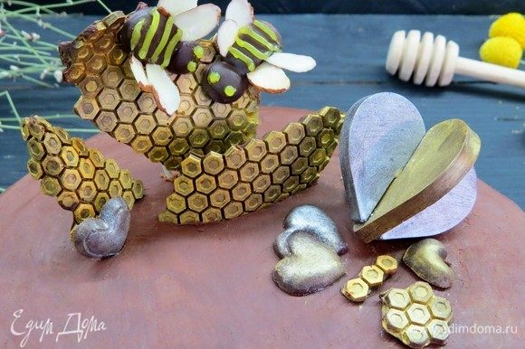 Полоски и глазки можно нарисовать пищевыми карандашами или растопленным белым шоколадом.