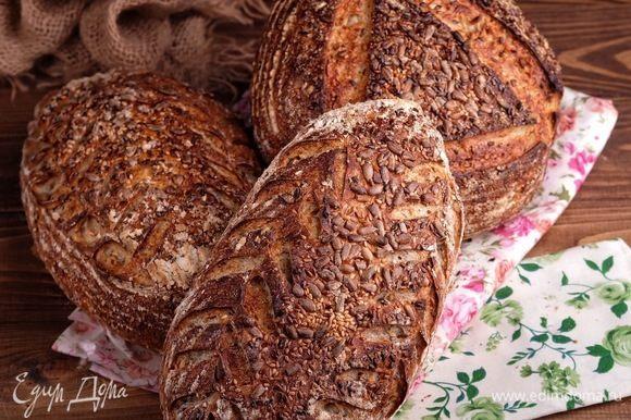 Сразу же после надреза перенести хлеб в раскаленную духовку на камень, накрыть колпаком и выпекать под колпаком 15 минут при максимальной температуре. Через 15 минут колпак убрать, температуру снизить до 200°С и допекать хлеб до румяной корочки. Я ориентируюсь на температуру внутри хлеба, используя термощуп — внутри пропеченного хлеба температура равна 92–98°С. Если пар организуется с помощью кипятка, то также первые 15 минут печете с паром, затем пар убираете (вынимаете противень или сковородку) и уже допекаете хлеб при 200°С. Дать хлебу остыть на решетке. Остывший хлеб хранить в бумажном пакете.