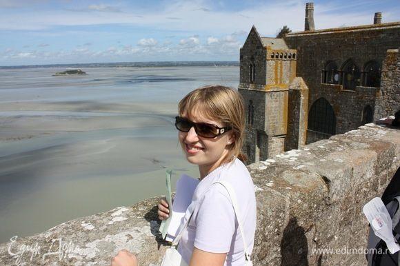 Кстати, мне посчастливилось побывать в аббатстве Мон-Сен-Мишель, очень интересное место. Одно из тех, которое стоит посетить. Правда, про омлет на тот момент я ничего не знала.