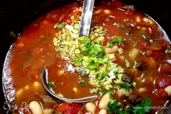 Суп досолить, доперчить и посыпать рубленой петрушкой.