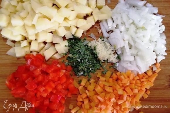 Нарежьте картофель, лук, морковь, перец болгарский (кожицу я всегда снимаю), чеснок натрите на терке.