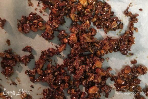 Сахар растаял на сковороде, превратившись в карамель, лопаточкой соединим карамель с орешками. Подержим несколько минут на огне, чтобы все орешки были у нас в карамели, и снимем с огня на бумагу для выпечки остывать. Как только все остынет, необходимо просто руками поломать на мелкие кусочки и соединить с растопившимся шоколадом. Вот и получится у нас шоколадное пралине.