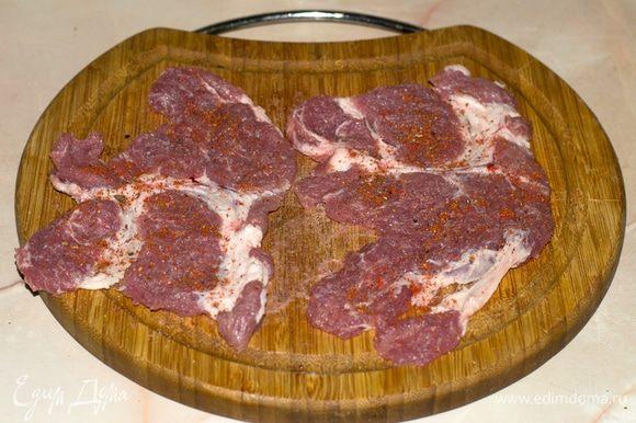 Свинину нарезать и отбить. Добавить соль и приправы по вкусу.