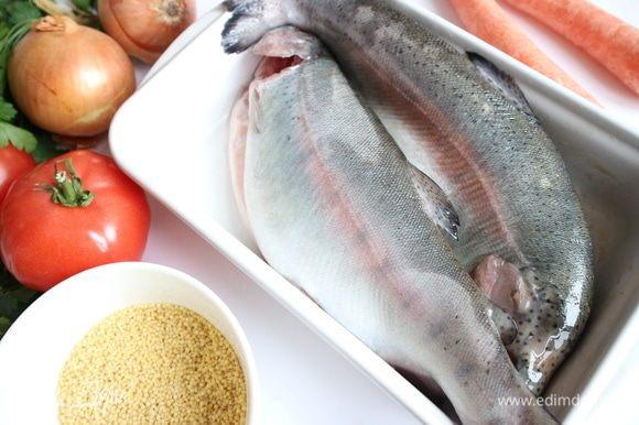 Рыбу выпотрошить, удалить жабры, глаза, почистить чешую, промыть форель под проточной водой.