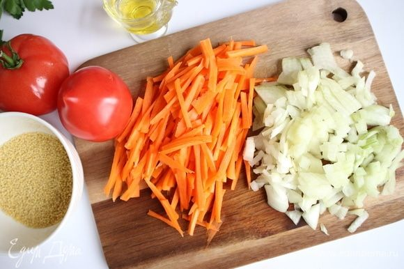 Морковь почистить, нарезать соломкой, оставшуюся луковицу почистить, нарезать кубиками.