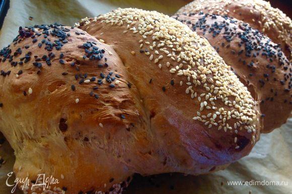 Ставим хлеб в духовку выпекаться, у меня хлеб выпекался 1 час 15 минут, на уровне по середине духовки. Остужаем хлеб обязательно на решетке, он большой, чтобы дно хлеба не промокало от собственный паров.