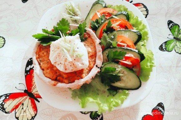 Ржаные тарталетки с паштетом из тунца готовы. Самое время сервировать их со свежими овощами, выложить на них яйцо пашот и разрезать его.