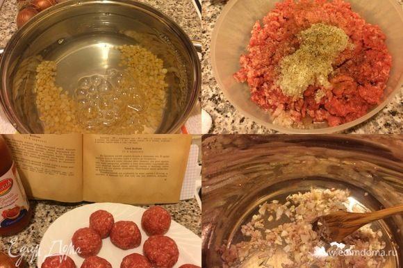 Горох промыть, залить водой и варить до готовности. Мясо пропустить через мясорубку, добавить промытый рис, соль, перец, корицу, гвоздику, хорошо все перемешать и сформировать фрикадельки. ( В рецепте из книги автор предлагает добавить в фарш яйцо, но я никогда не добавляю яйца в фарш, когда готовлю тефтели или котлеты из говядины).