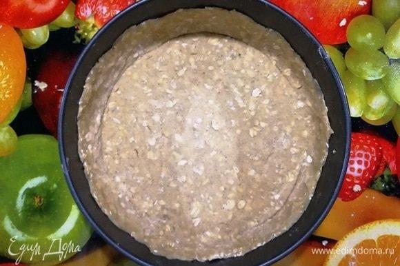 Уложите тесто в форму, сформировав бортики.