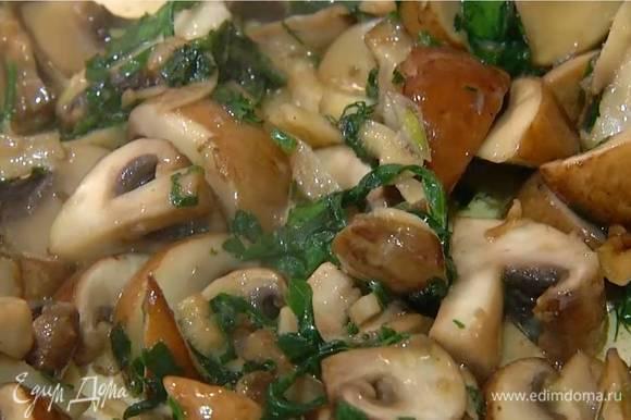 Листья петрушки нарезать не слишком мелко (немного петрушки оставить для украшения), добавить к грибам, перемешать и обжаривать 5 минут, чтобы лишняя жидкость выпарилась.