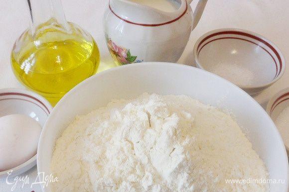 Продукты, необходимые для приготовления дрожжевого теста: мука, молоко, дрожжи, растительное масло, яйцо, соль и сахар.