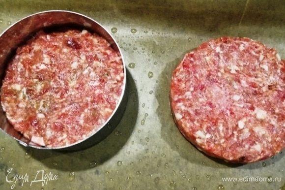 Мне нравится, чтобы все было одинакового размера. Застилаем противень бумагой для выпечки, смазываем маслом. Через кулинарное кольцо формируем бифштексы.