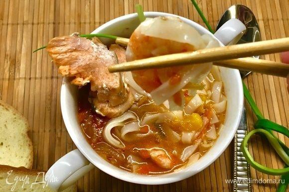 У супа прослеживаются явные азиатские нотки, хотя, если честно, изначально задумывался домашний густой рыбный суп с овощами... Это я к тому, что суп можно есть палочками, а доедать ложкой) Так у нас, собственно, и было! Но суп получился очень вкусный, честное слово!