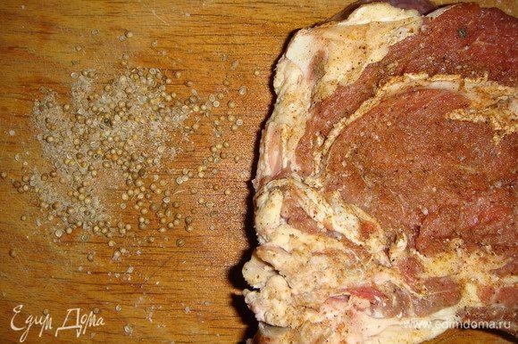 Оставшуюся смесь приправ и семена кориандра высыпать на доску.