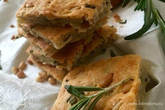 Поскольку печенье несладкое, то оно вкусно не только к чаю или кофе, но его можно даже подать и к вину, к кусочку сыра, салату.