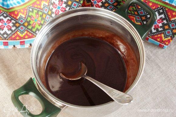 Пока застывает желе, сварить для основы сироп. В сотейник или кастрюльку влить 100 мл воды, добавить сахарный сироп (4 ст. л.) и какао-порошок (3 ст. л.). Перемешать, довести до кипения и варить при небольшом кипении 8 минут.