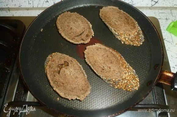 Поджарить в тостере хлеб или подсушить на сковороде.