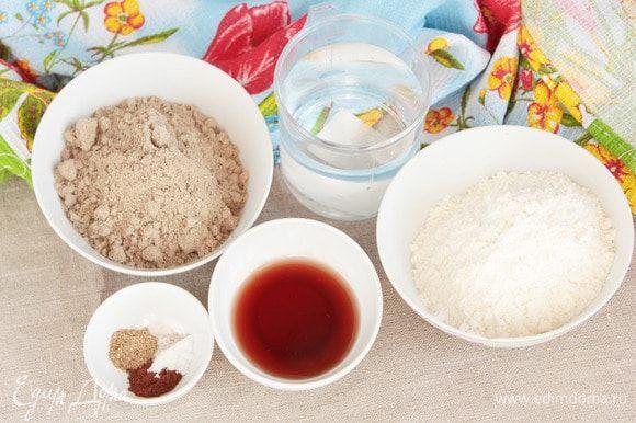 Для приготовления печенья «Хрустики-подушечки» потребуются следующие ингредиенты: два вида муки (льняная и пшеничная), фруктовый сироп (кленовый, розовый, можно сироп из варенья или заменить на жидкий мед), молотые кардамон и корица, ванилин и вода питьевая.