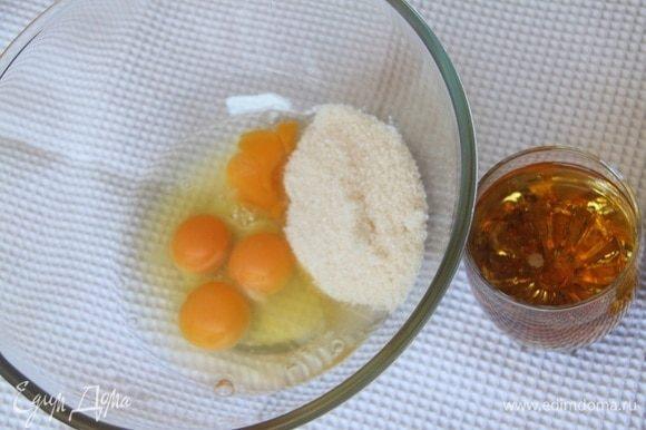 Яйца взбить с сахарным песком до растворения сахара, добавить пиво.