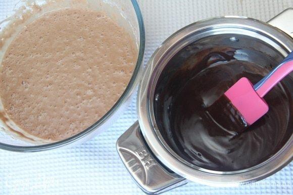 Ввести в тесто шоколадную массу, взбить до однородного состояния.