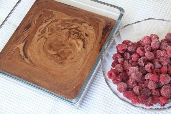 Соединить шоколадное тесто-крем с малиной. Выложить в форму. Последние несколько раз мне понравилось выпекать в одноразовых алюминиевых формочках. Объема этой порции хватает как раз на две формочки по 750–850 г.