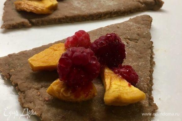 На каждый треугольничек выкладываем персики, малину и посыпаем сахаром.